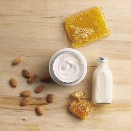 Mandeļu piena un medus krēmveida ķermeņa skrubis