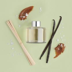 Sāļās karameles un vaniļas telpas aromāts ar kociņiem