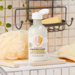 Mandeļu piena un medus nomierinoša un kopjoša krēmveida dušas želeja